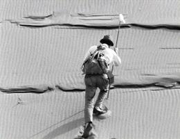 """Billede fra """"Kvinden i Sandet"""" Suna no Onna, en Japansk film fra 1964 af Hiroshi Teshigahara."""