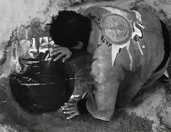 """Billede fra """"Kvinden i Sandet"""" Suna no Onna, en Japansk film fra 1964 af Hiroshi Teshigahara"""